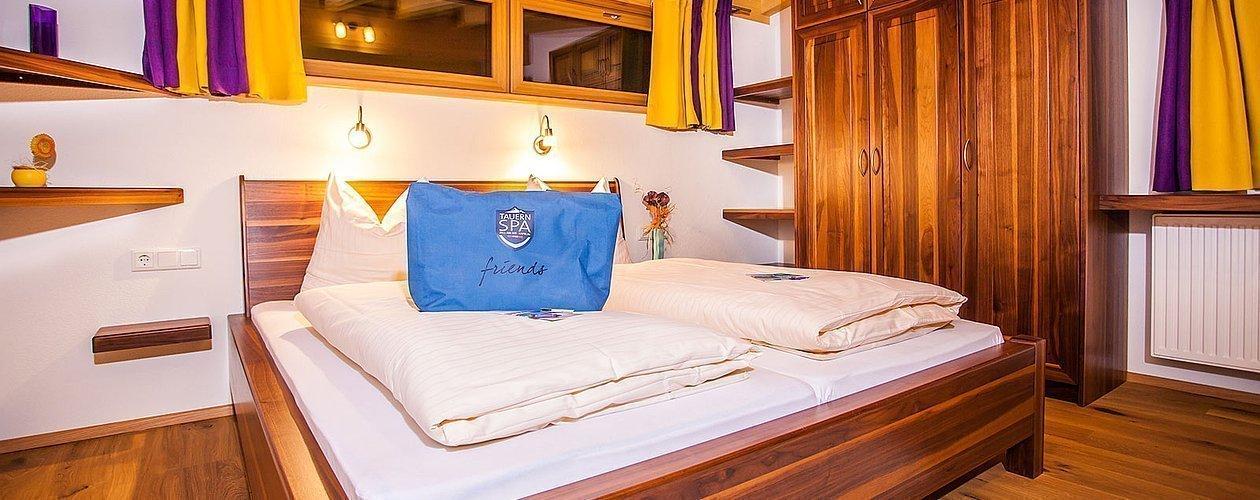 Doppelbett und Kasten mit Badetasche