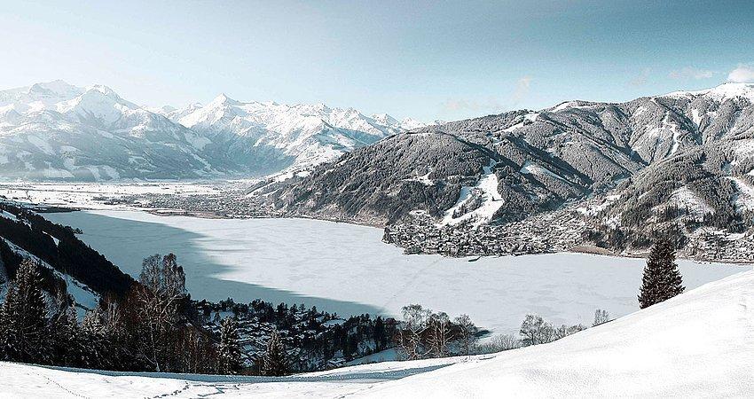 Panoramaaufnahme von Zell am See im Winter