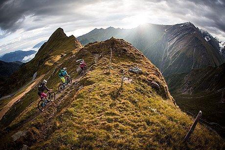 Das Kitzsteinhorn mit Radfahrern bei Nebel
