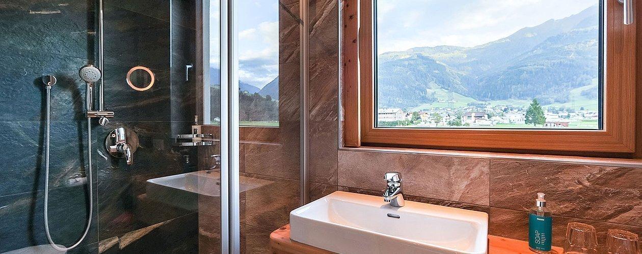 Dusche und Waschbecken im Badezimmer